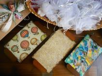 Svuotatasche, scatole e confetti.